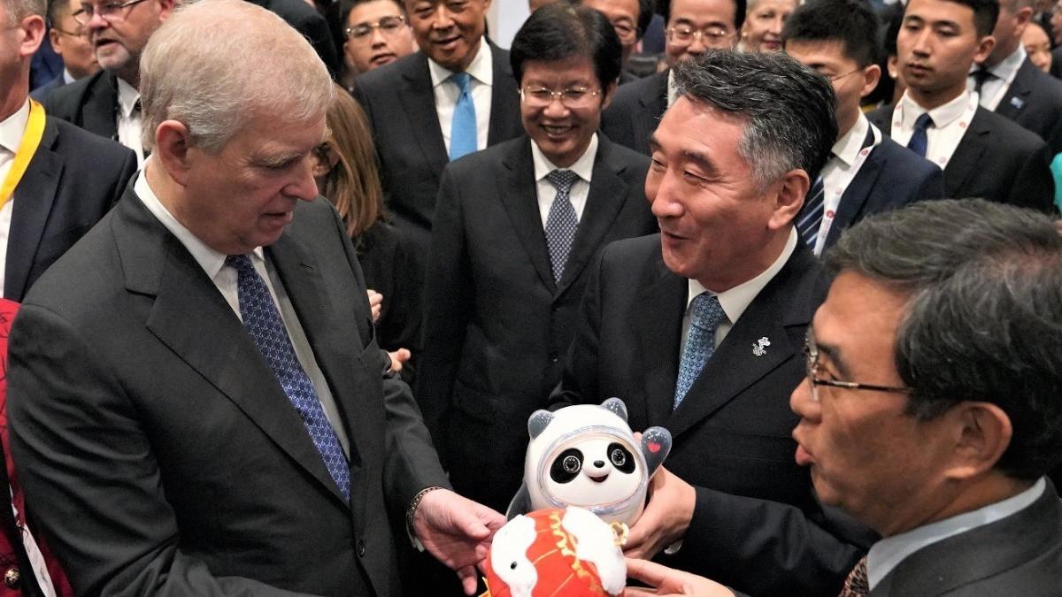 英国安德鲁王子获北京冬奥会吉祥物玩具 北京冬奥会走进世界华商大会