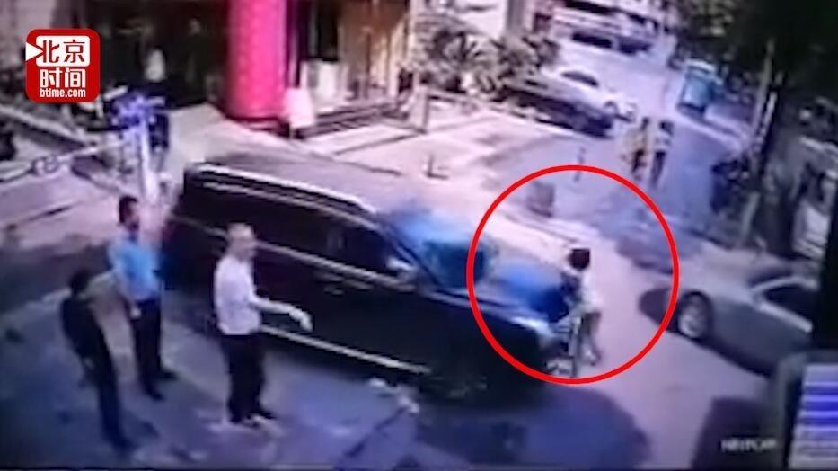 长沙女律师被撞身亡现场监控曝光 在她经过时肇事车突然启动加速