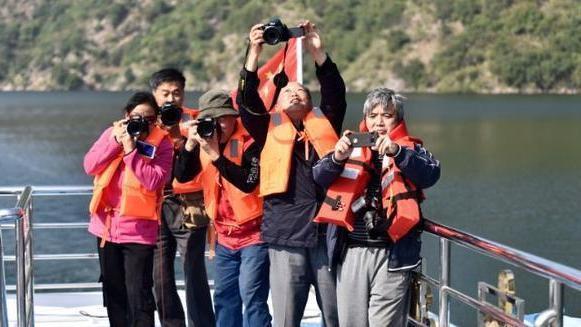 """南阳摄影家们""""长枪短炮""""齐聚丹江大观苑景区采风"""