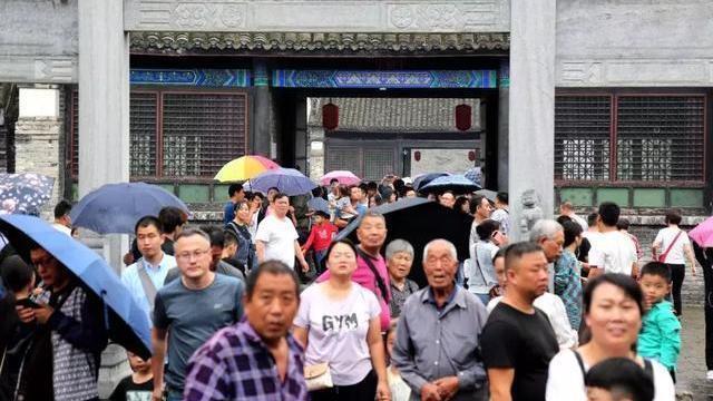 十一长假第四天接待游客9000余人 内乡县衙迎来游客高峰
