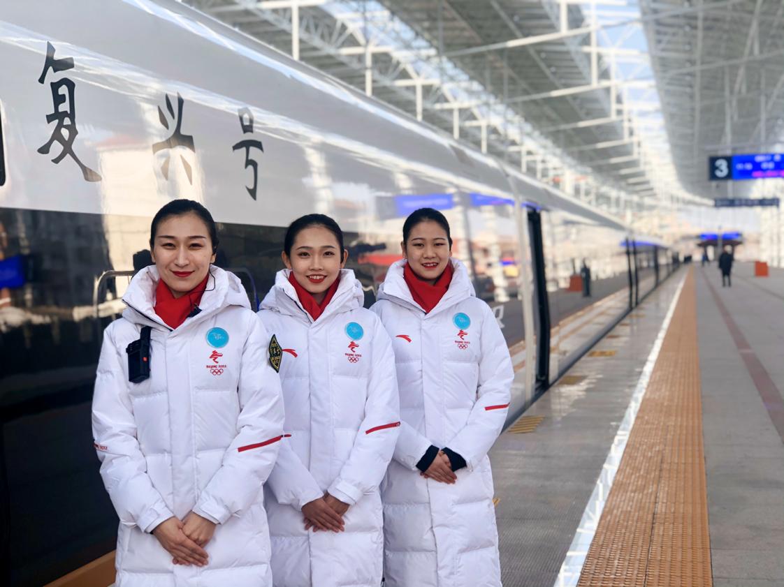 """京张高铁的女乘务太""""养眼"""" 除高颜值还掌握多门外语与手语"""