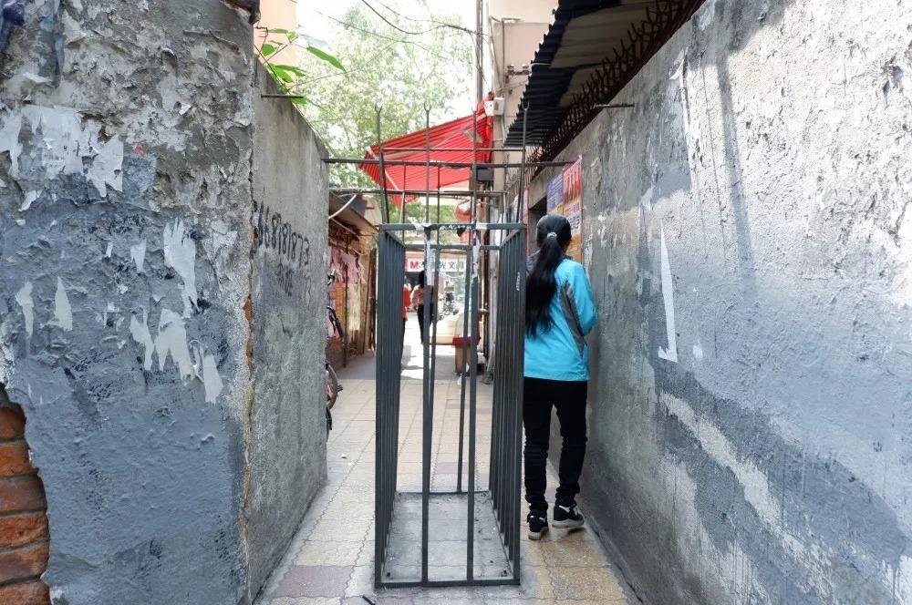 堪称史上最小校门的小北门穿出来,即可到达川大本部后街——共和村
