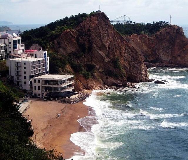 她拥有众多著名旅游景点,例如:大连棒棰岛旅游风景区,大连滨海路风景