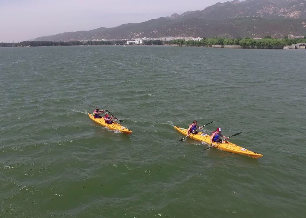 图为运动员正在天平湖可以皮划艇项目v正在.热气球进行牵着么图片