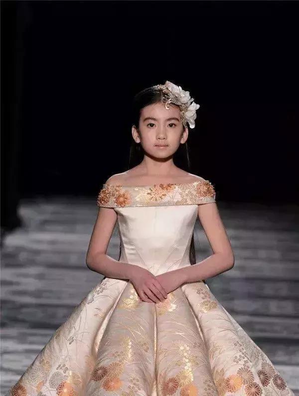 成人的衣服有成人模特来走秀展示,那么相对的儿童的衣服也会有儿童