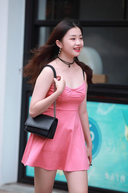 性感白领小妞_街拍:样子花枝招展,笑容甜美灿烂,穿粉色连衣裙的性感
