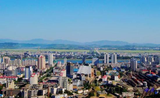△在曙光阁上v市貌的丹东市貌,江对面是朝鲜新义州火影忍者手游的攻略图片