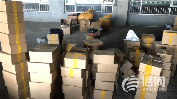 """城阳警方端掉制贩假货窝点 """"名牌包""""成本几十元"""
