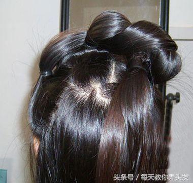 编发一直缠绕,让头发刚好固定在后侧的位置,女生的复古公主头扎发图片