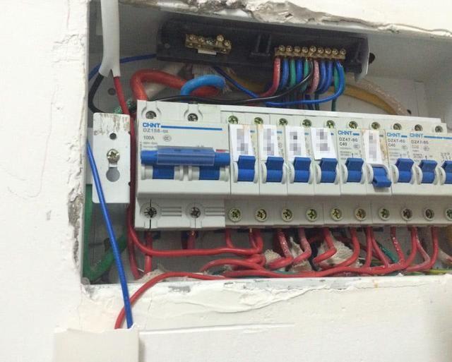 空开: 我们在用电的时候,有一个最大的用电电流限制,如果电路的电流太