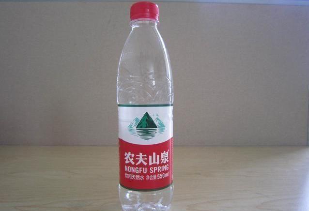 然后我们用矿泉水瓶盖装一瓶盖洗衣粉,2瓶盖食醋,倒进瓶子中,晃动几下