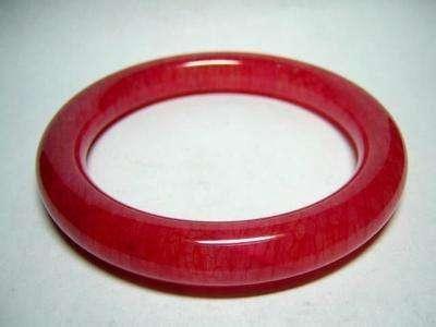 古玉上的红沁是有土壤中铁元素或者陪葬品中的铁质物氧化分解沁入玉体