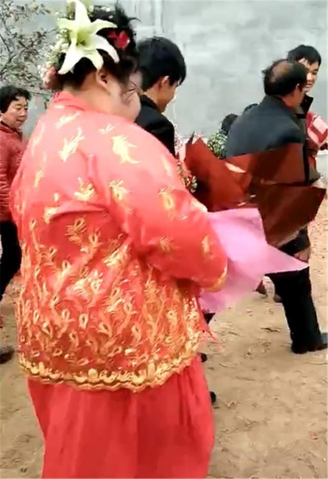 18岁小新郎娶200斤小新娘,送她一朵花,腼腆夸她像花儿