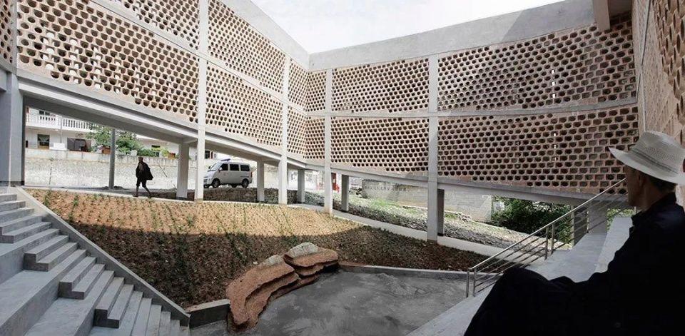 与大楼中间形成一个中央庭院 设计师林君翰说: 装电梯和建设坡道的