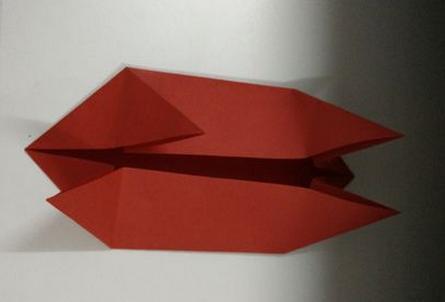 幼儿园电话折纸步骤图一 1,将一张正方形纸进行对折再对折,打开分成