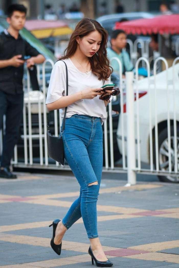 街拍,白色t恤搭配紧身牛仔裤,经典服饰一样可以很美很
