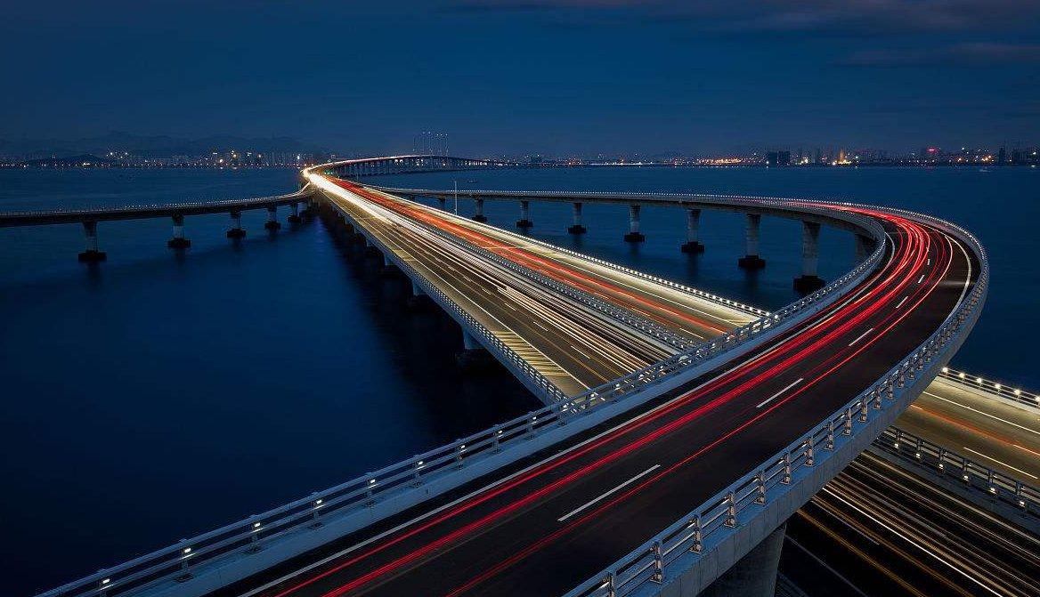 青岛海湾大桥,东起青岛主城区黑龙江路杨家群入口处,跨越胶州湾海域
