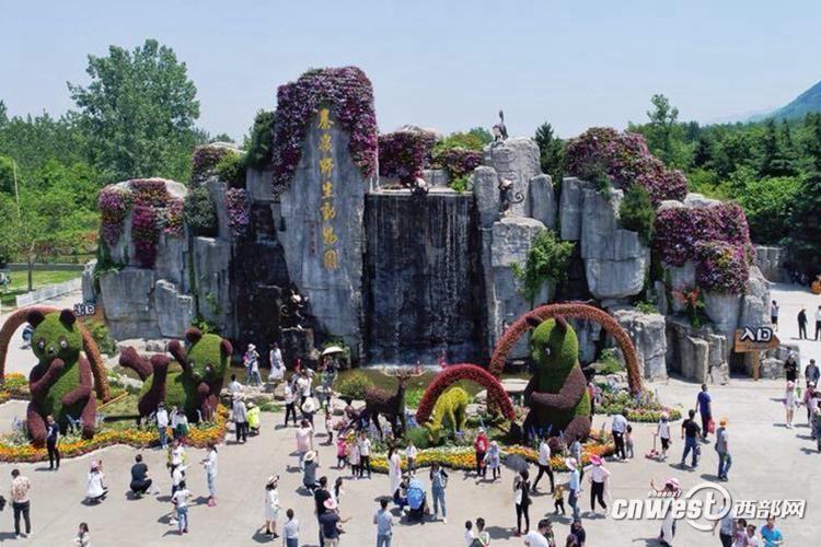 西安秦岭野生动物园五一假期首日游客突破4万人