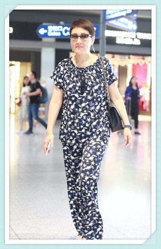 张凯丽的发型也选了个老年头,一身亮丽的印花,穿出了广场舞大妈的图片