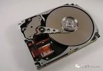 计算机硬盘和软盘驱动器中的读写磁头的移动是由vcm即音圈电机来驱动