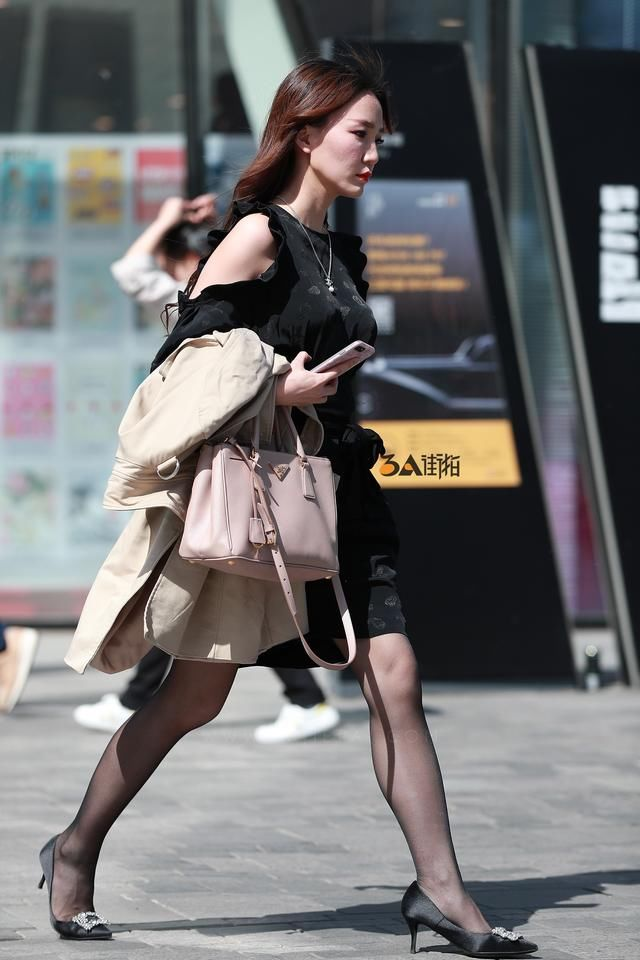 性感黑丝老婆在公交车上被操_街拍:性感黑丝极品高跟少妇,神似毛晓彤,气质超群肉感