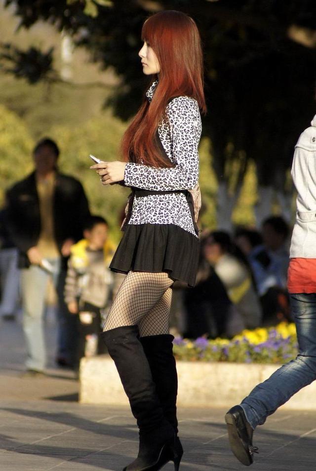 街拍: 豹纹上衣,黑丝短裙,渔网黑丝袜,配上黑色长靴的