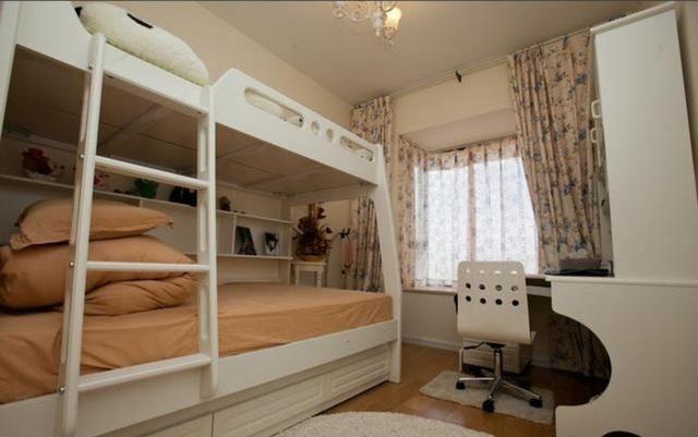 这是孩子的次卧,次卧做了书桌放了高低床,空间最大化利用.