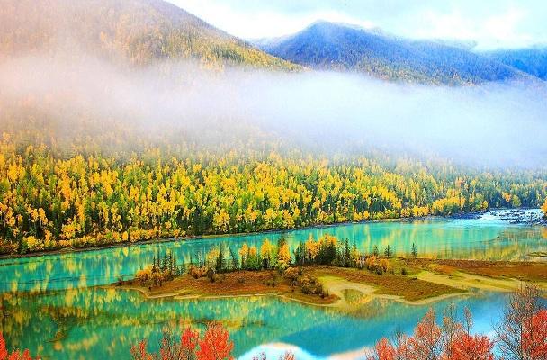 镜头永远无法传达层林尽染的意境,沿着河边的栈道走一走,听着水声,闻
