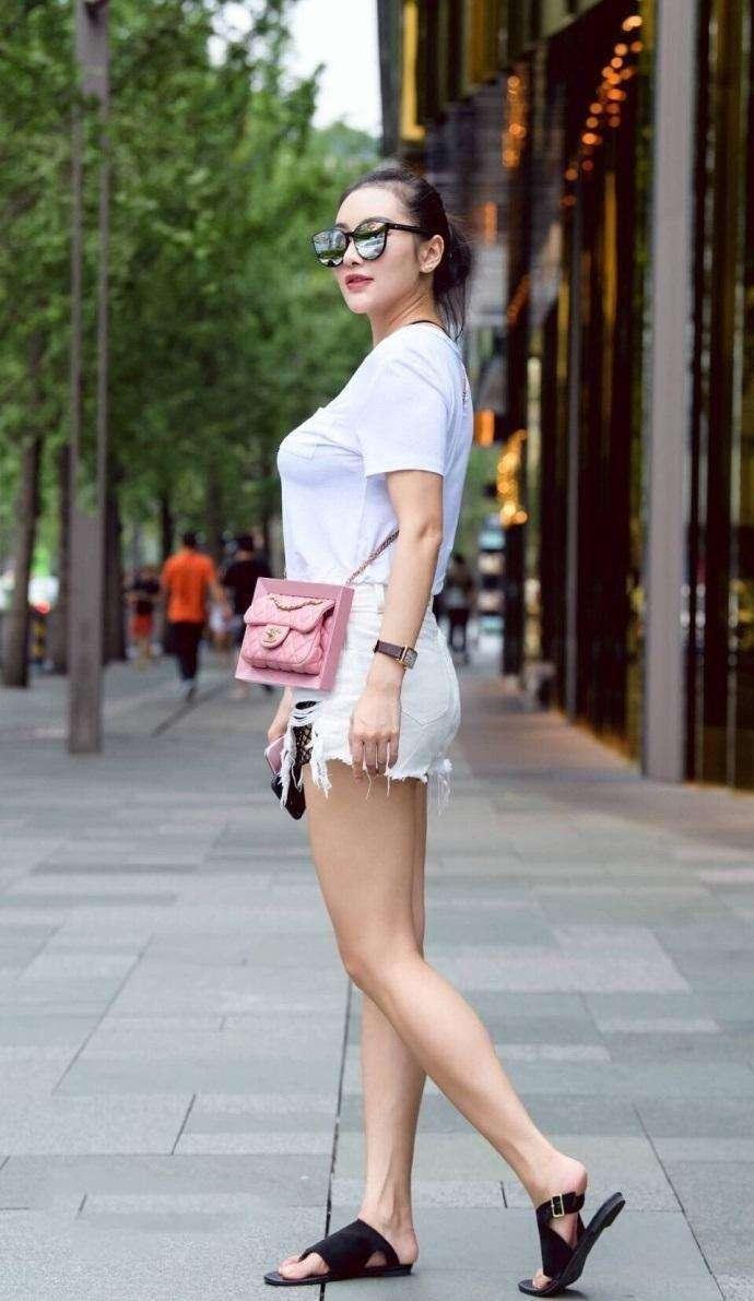 街拍:40岁少妇身材丰满搭配短裤很性感,成熟又有女人味