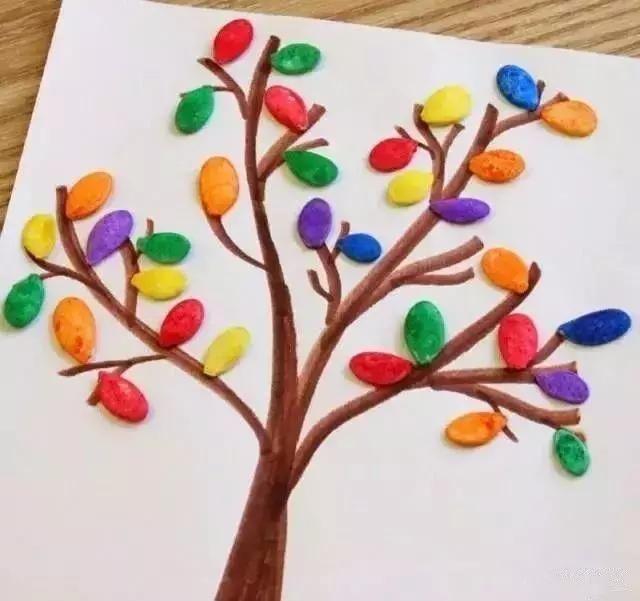 用彩纸卷出一棵秋天的树