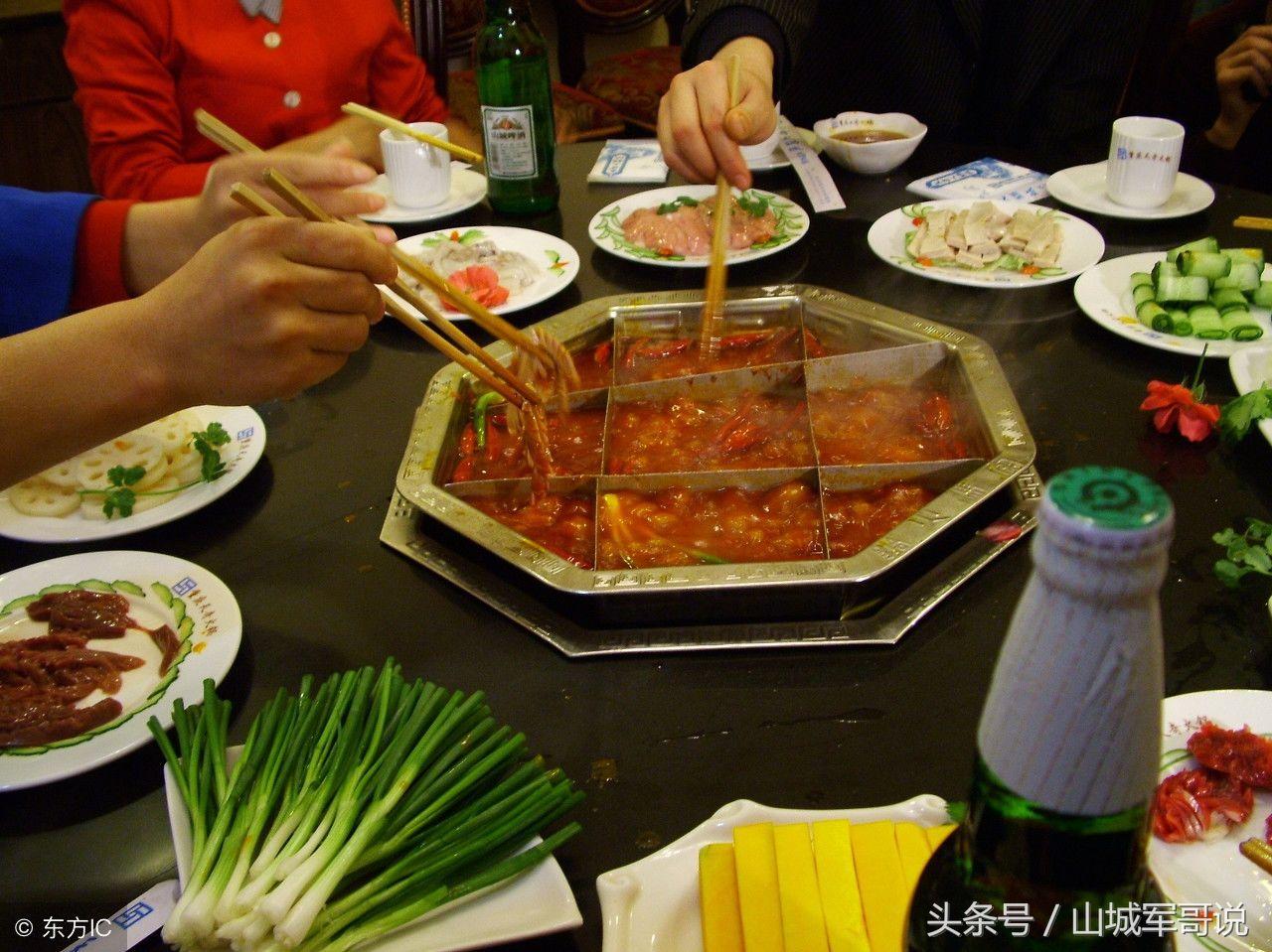 重庆火锅讲究九格子,这样方便夹菜,吃起来更方便快捷!