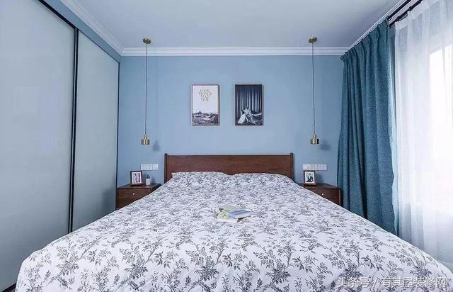 次卧则延续客厅的装修风格,以蓝色装饰为主,双层窗帘隔音隔热效果更佳