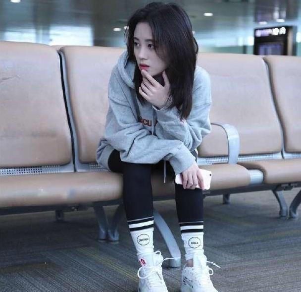 鞠婧祎假袜子包裤腿的造型很时髦 网友:小姐姐也真能凹!