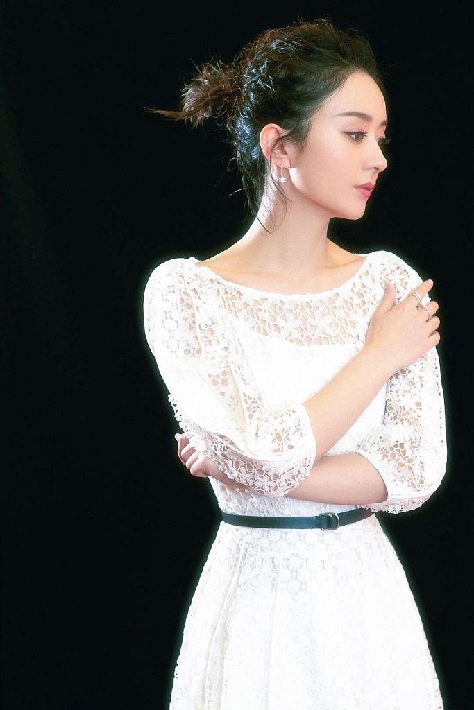 赵丽颖穿白纱礼服化身公主 气质迷人