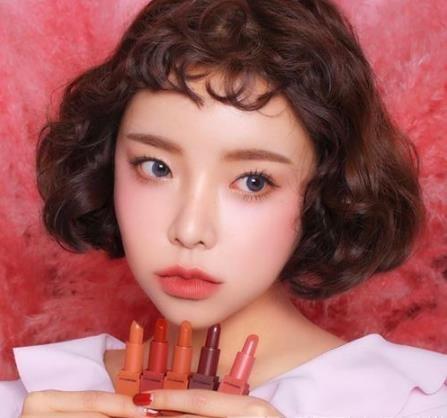 整个短发变得十分蓬松饱满,非常有洋娃娃的感觉,那短短的刘海更是可爱