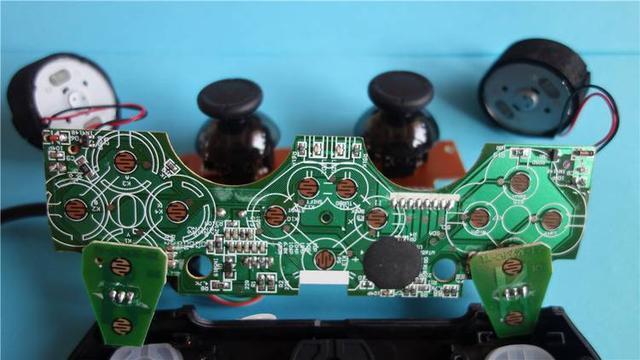 电路板工艺精湛,焊点饱满,按键布线整齐.