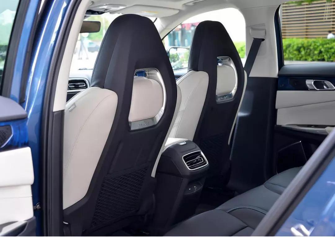 魏派vv6的座椅全系都是仿皮材质;但反观领克01由于背靠沃尔沃,内饰