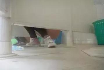 女厕偷窥经历_南充一男子大白天到某高校偷窥女厕