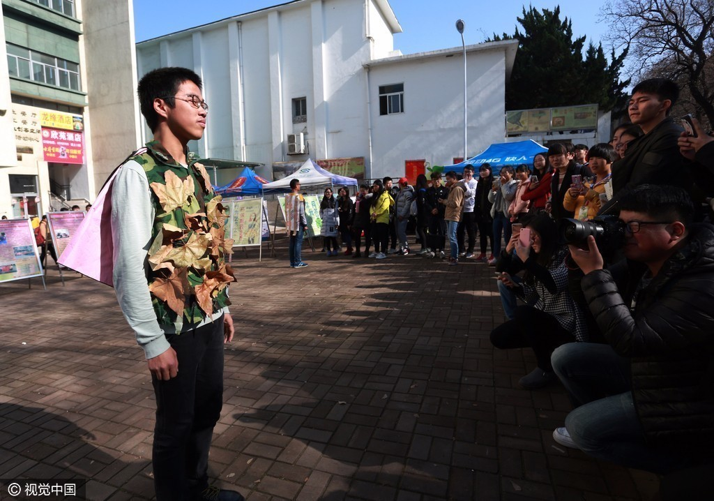 大学生上演环保服装秀 用行为艺术呼吁保护环境图片