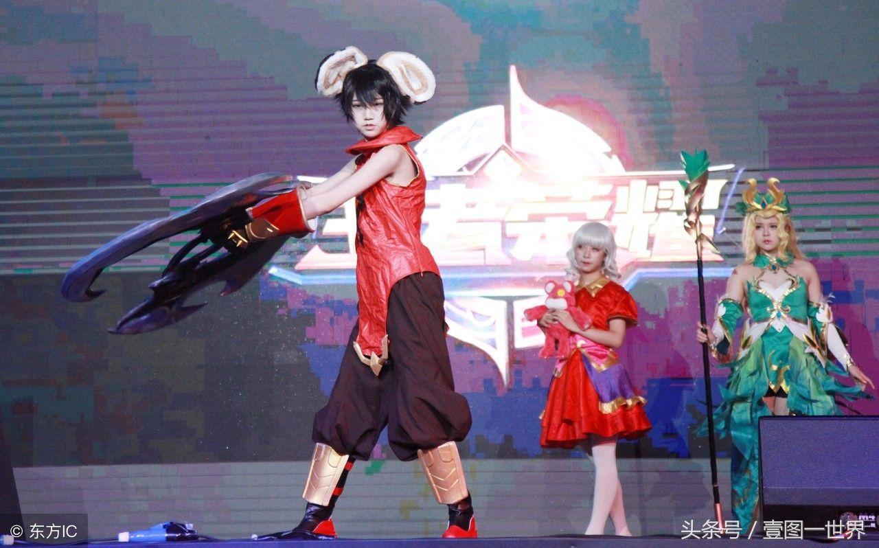 江苏南京:美女荣耀美女动漫王者秀,吸引众多市诵经真人图片