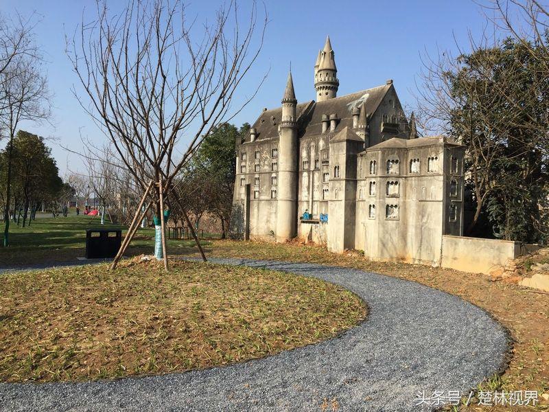 """2013年1月,在武汉东湖风景区滨湖村大庙咀,万国公园里的""""金字塔""""被"""