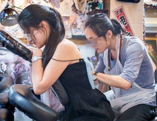 女子为报复出轨男友,让纹身师在这个部位纹了两个字,太扎心了