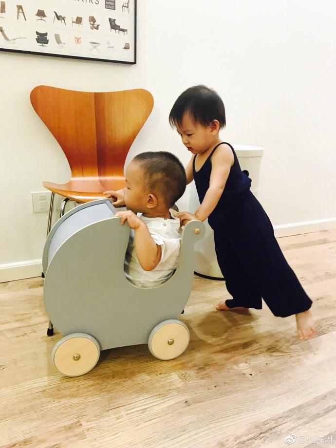 张梓琳的女儿与小朋友一起画画推车,圆圆的大眼睛可爱乖巧,张梓琳还母
