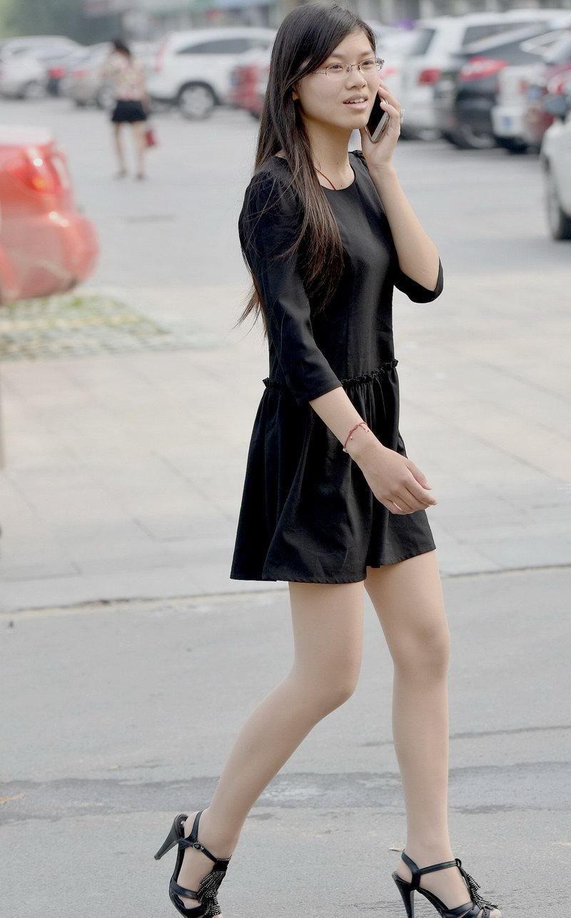 我要日美女影院_蓝月帝国街拍:电影院门口的广场街拍的丝袜美女