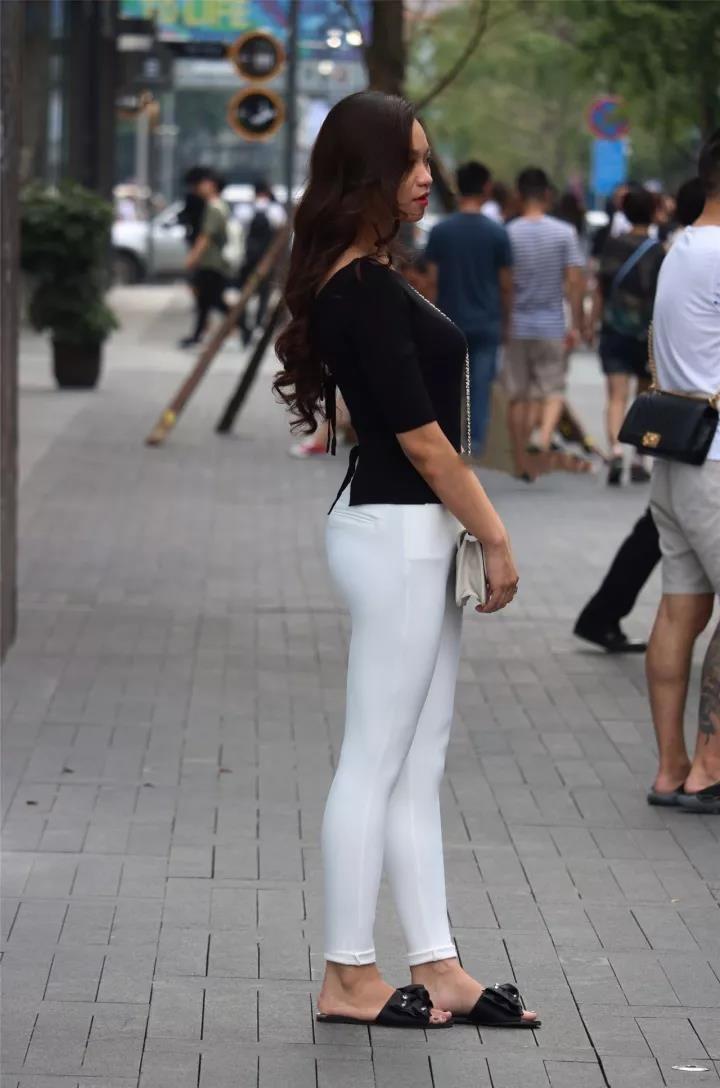 街拍:白裤的翘臀美女,街上的性感一景