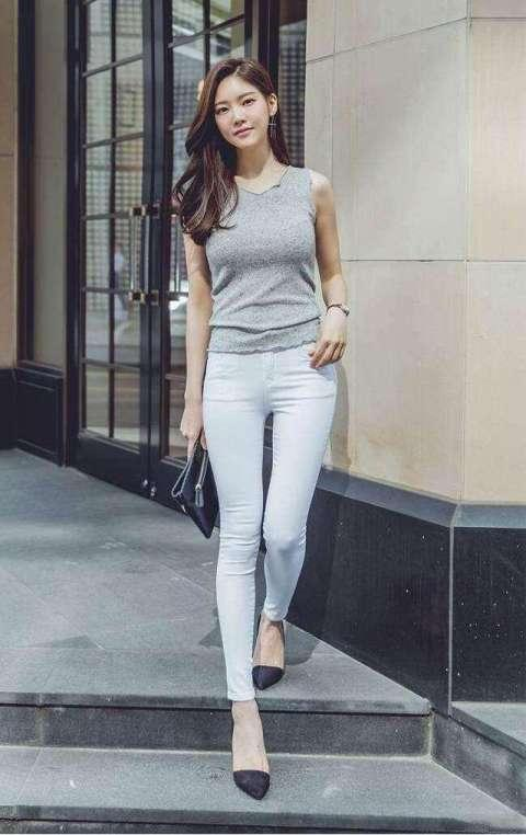 白色紧身裤视频_服装导购:紧身裤,白色露脐t恤搭配简洁大气,我看到她很幸福