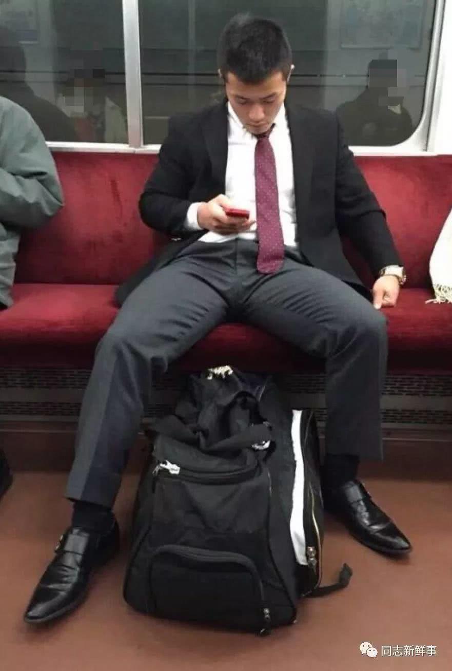抓拍地铁帅哥:天热大家开始露肉了-北京时间