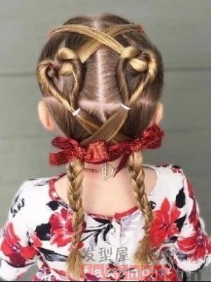 爱心编发上有着妈妈对女儿满满的爱意,精致可爱的编发发型会让小女孩