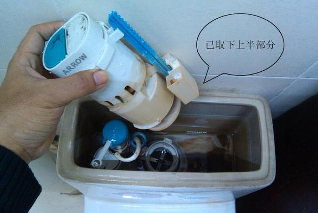 1,先把马桶接进水阀的细管断开,逆时针转动排水组件即可取消排水组件图片