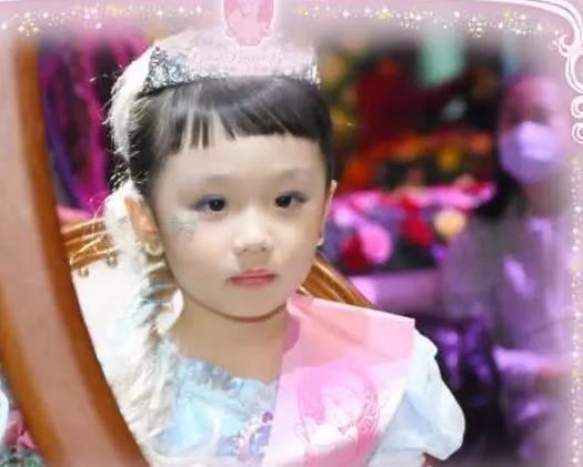 考拉也是小萌娃一个,现在她和张伦硕也已经结婚,一家人过得也很幸福.